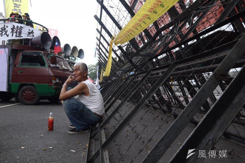 2017-04-19-反年金改革軍公教團體包圍立法院抗議-抗議民眾於立院外抗議-曾原信攝