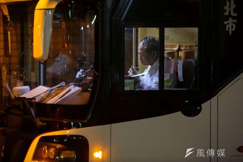 20170420-風數據過勞專題配圖,西門町旁於遊覽車上吃便當的ˊ駕駛大哥。(顏麟宇攝)