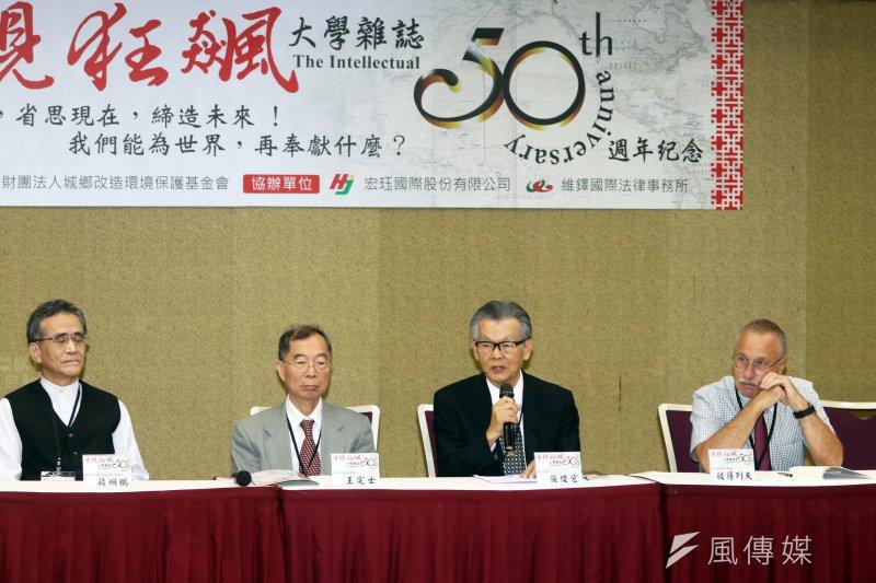 「繼重現狂飆論壇─ 《大學雜誌》50週年紀念」,由城鄉環境保護基金會董事長張俊宏(右二)主持。(蘇仲泓攝)