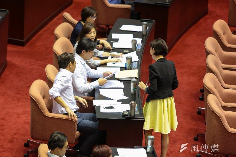 時代力量黨團21日於院會將「公務人員退職退休給與併計黨務年資處理條例」草案增列為討論事項第1案,但遭藍綠否決。(顏麟宇攝)