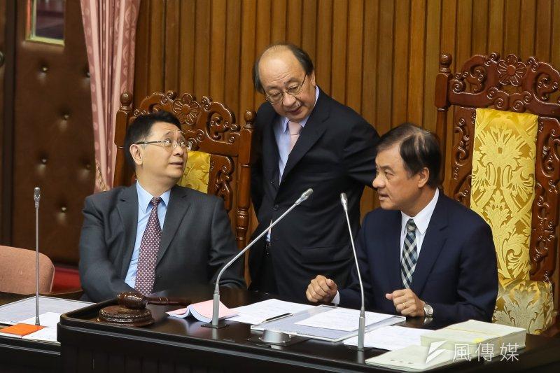 20170505-民進黨總召柯建銘5日於院會上與立法院長蘇嘉全交談。(顏麟宇攝)