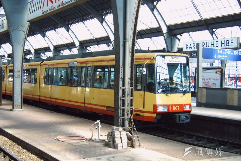 為取經複合式軌道運輸系統經驗,交通部率團前往德國卡爾斯魯厄研究Tram-train系統。(資料照,Christian Immer@wikipedia-CC BY 3.0)