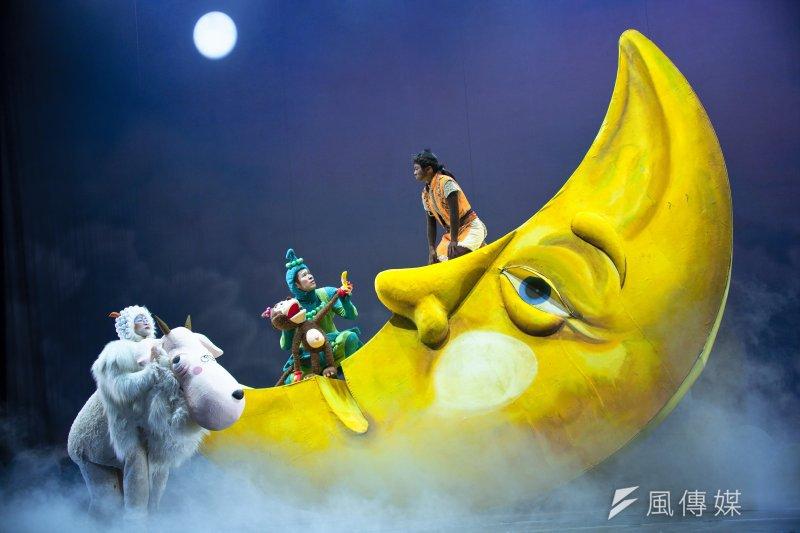 紙風車劇團表示,紙風車是近年來台灣少數堅持大製作的兒童劇團,每年固定會推出1至2檔年度大製作,此次演出動用20多位演員,耗資百萬製作舞台布景及服裝,就是希望能給孩子感受大製作的劇場情境以開啟藝術無限的想像空間。(紙風車劇團提供)