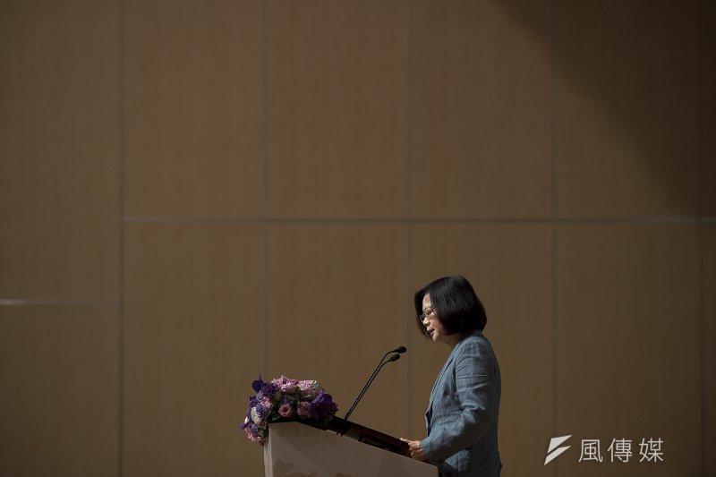 作者對於蔡英文「失」政週年回顧與展望,列出5大點評論,認為台灣正受民進黨拖累而欲振乏力,民進黨的無能瞞頇路線引起不分黨派的台灣人民普遍不滿。(總統府提供)