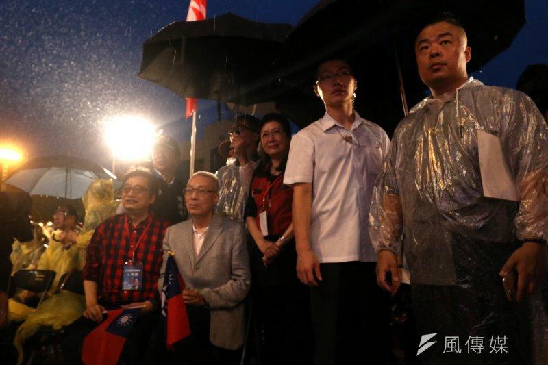 20170519-國民黨主席選前之夜,前副總統吳敦義造勢場,民眾冒雨趕來支持。(蘇仲泓攝)