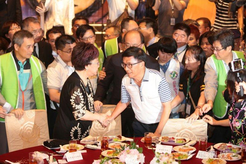凱達格蘭餐會登場,前總統陳水扁(右)坐上主桌,與前副總統呂秀蓮握手。(顏麟宇攝)