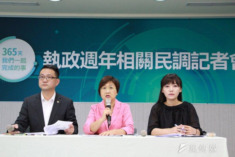 民進黨19日發佈蔡政府執政相關民調,民進黨發言人阮昭雄(左一)表示,本民調並非以民進黨名義來進行。(民進黨提供)