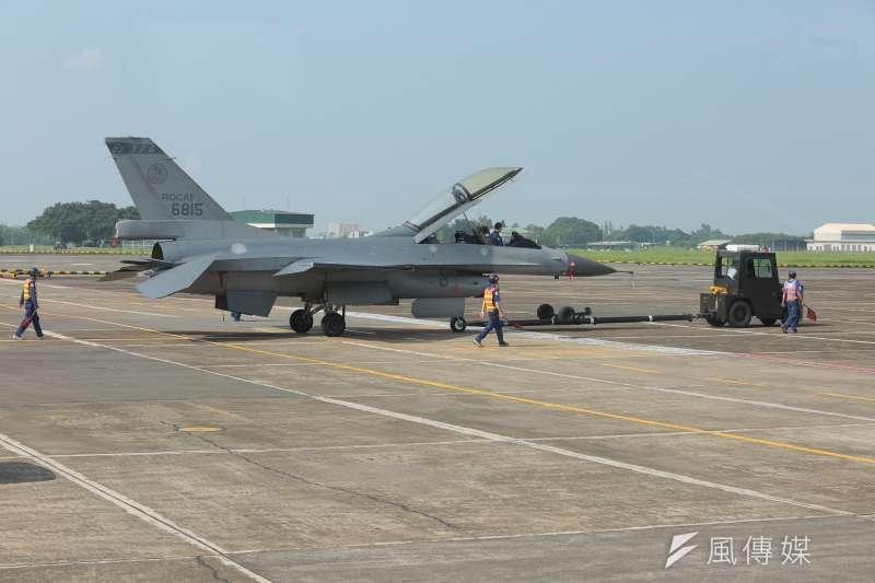 20170609-嘉義空軍基地內,士官兵正將F-16戰機拖出機棚。(顏麟宇攝)