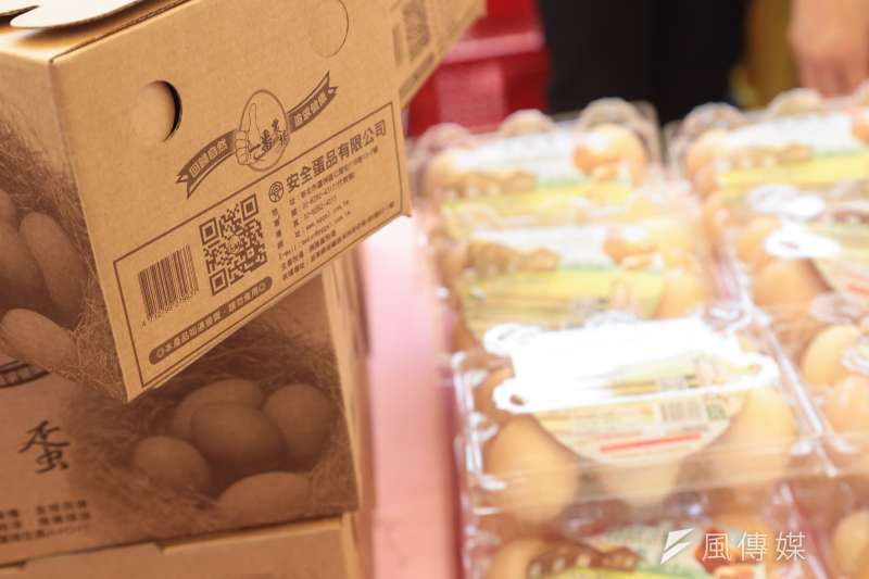 作者指出台灣以前對芬普尼疏於管理,所以台灣的毒雞蛋風波其實比南韓、香港嚴重,而是與歐洲等量齊觀。圖為台北市蛋商業同業公會讓民眾可透過掃描二維條碼得知雞蛋來源畜場資訊。(資料照,顏麟宇攝)