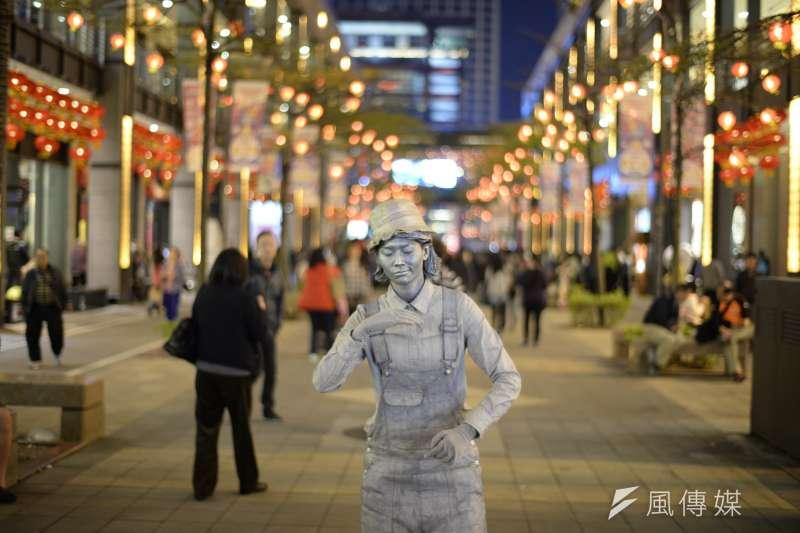 2017-06-12-位於信義商圈表演行動雕像的街頭藝人-dabing626@flickr-CC BY 2.0