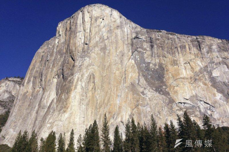 位於美國加州「優勝美地國家公園」(Yosemite National Park)的酋長岩(El Capitan)高達3000呎。(美聯社)