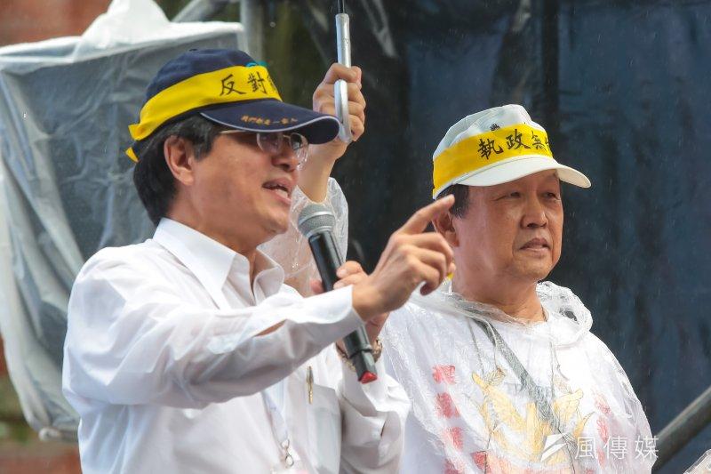 20170615-多個反年改團體15日於立法院群賢樓外抗議,全國公務人員協會理事長李來希於台上發言。(顏麟宇攝)