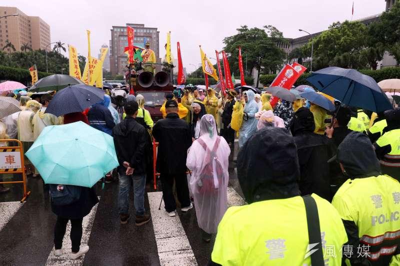 20170615-多個反年改團體下午前往立法院周圍進行抗議,部分群眾則走到凱道發表短講。(蘇仲泓攝)