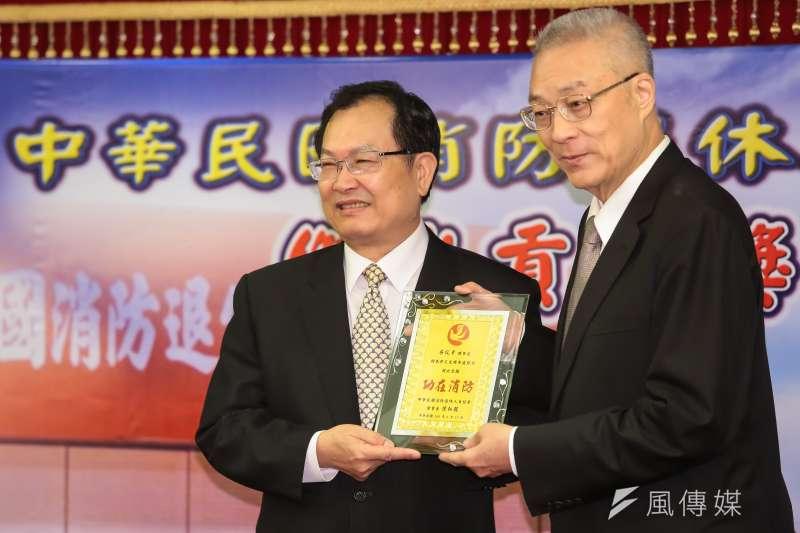 20170617-前警政署副署長蔡俊章(左)17日出席「中華民國消防退休人員協會」第二屆會員大會,並接受前副總統吳敦義頒獎。(顏麟宇攝)