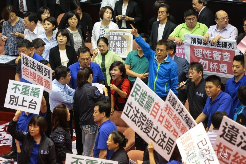 民進黨就任迄今一年多,所有「改革」都有難以收拾的爭議。圖為立法院審查前瞻預算,朝野激烈攻防。(顏麟宇攝)