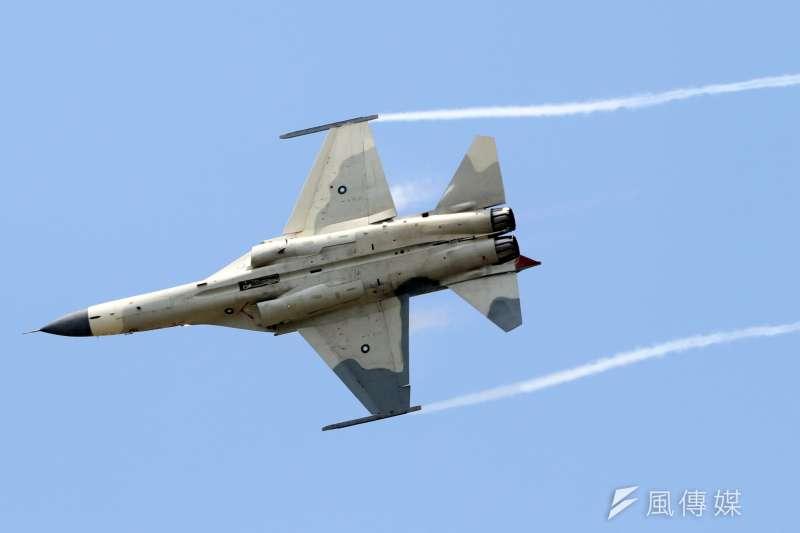 空軍在台中清泉崗基地舉行IDF戰機接機25週年慶祝活動,圖為現場也進行IDF單機性能展示的特技飛行表演。(蘇仲泓攝)