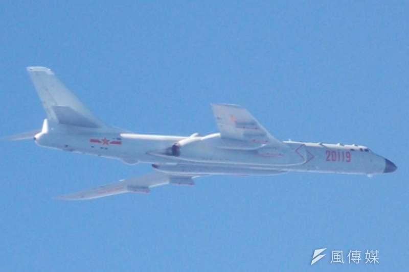 中國轟六7日上午接近我防空識別區,遭到我F-16驅趕,卻嗆我:「立即離開,否則後果自負」。(資料照,國防部提供)