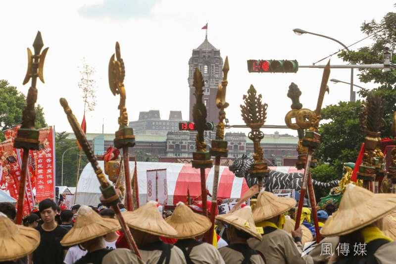 20170723-「史上最大科,眾神上凱道」遊行,雖然改為嘉年華會,仍有些陣頭的旗幟標語有辛辣抗議的成份。(陳明仁攝)