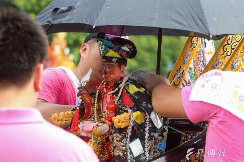 20170723-「史上最大科,眾神上凱道」遊行,為神明撐傘擋雨。(陳明仁攝)