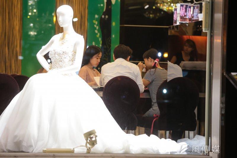 由於業者與消費者雙方缺乏共識,婚紗業迄今仍訂不出「定型化契約」。(顏麟宇攝)
