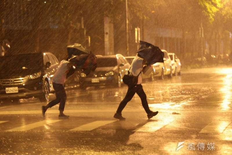 今年第18號颱風「泰利」來勢洶洶,恐直撲台灣而來。(資料照,顏麟宇攝)