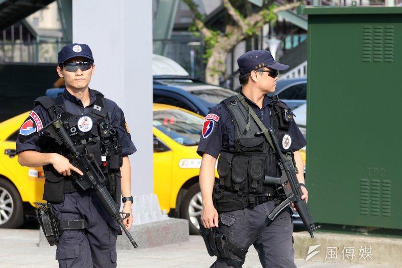 世大運選手村舉行入住測試,警方國家級的反恐部隊「維安特勤隊」到場實施武裝巡邏,確保選手村安全。(蘇仲泓攝)