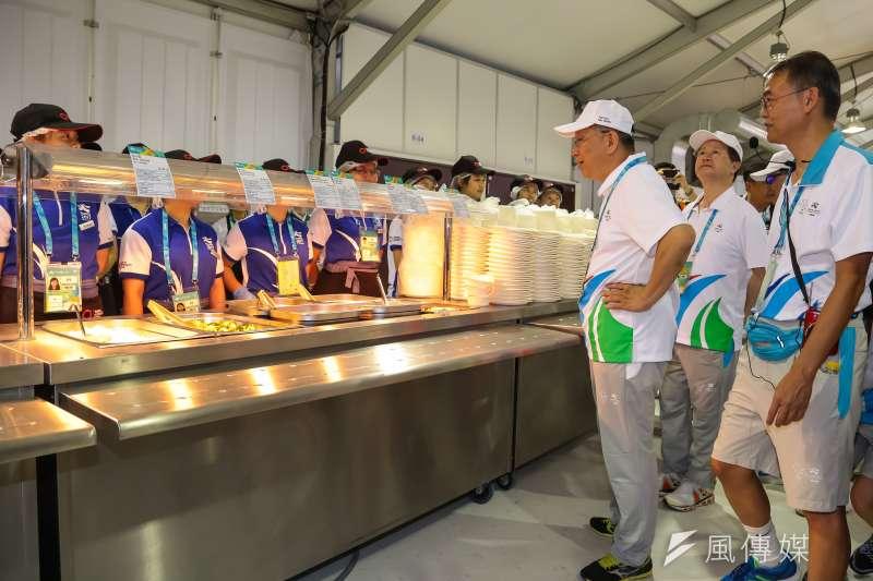 20170812-世大運選手村12日舉行開村儀式,台北市長柯文哲親自視察選手村餐廳運作情況。(顏麟宇攝)