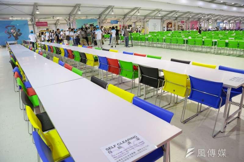 20170812-世大運選手村12日舉行開村儀式,選手村餐廳座位區末端,出現混色搭配座椅,有別於前段以同一顏色做區分。(顏麟宇攝)