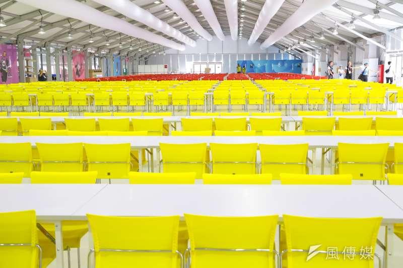 20170812-世大運選手村12日舉行開村儀式,選手村餐廳座位以不同色系做區分。(顏麟宇攝)