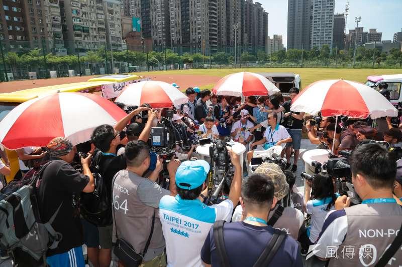 20170812-世大運選手村12日舉行開村儀式,台北市長柯文哲親自視察選手村餐廳運作情況,並於戶外胖卡咖啡區接受媒體聯訪。(顏麟宇攝)