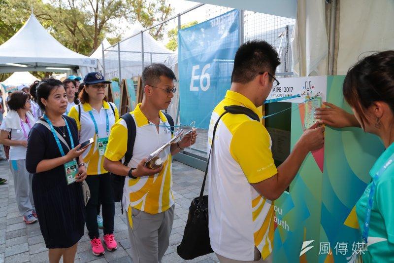 20170812-世大運選手村12日舉行開村儀式,進入選手村人員皆需感應確認方可入場。(顏麟宇攝)