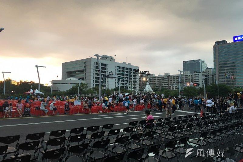 市府號稱3萬人,目視卻僅數百人到千人,現場為炒熱氣氛,還拋出4顆大球讓民眾傳遞,卻因人潮太少,大球幾度沒人接而掉到地上。(王彥喬攝)