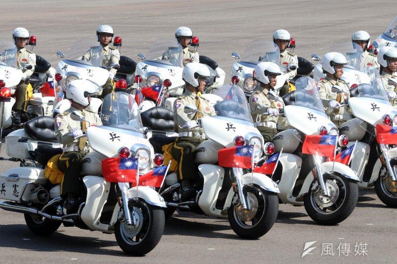 指揮部勤務連警衛排15日展示重型機車訓練成果,48位憲兵官兵騎上重達366公斤的機車,演出多種動態操演。(蘇仲泓攝)