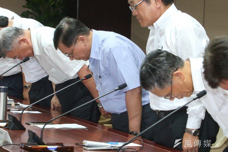 20170815-經濟部部長李世光(中)等說明「停電事件」,一字排開道歉。(陳明仁攝)