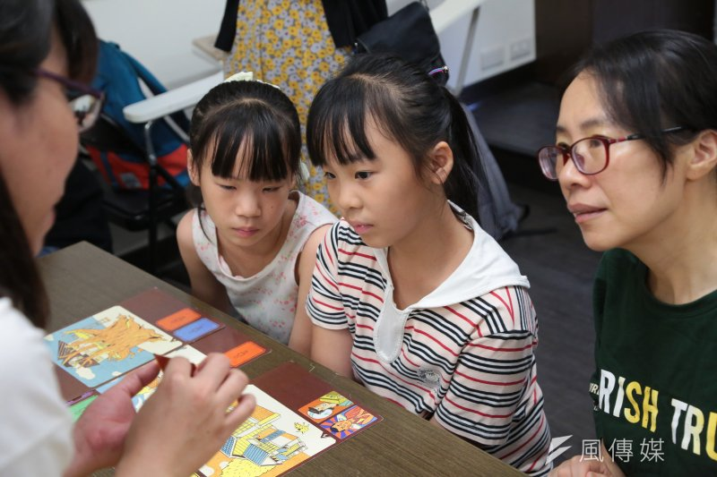 台灣性別平等教育協會15日召開「不簡單的生活」桌遊新品發表記者會,並讓不同年齡層的大小朋友一同體驗。(顏麟宇攝)