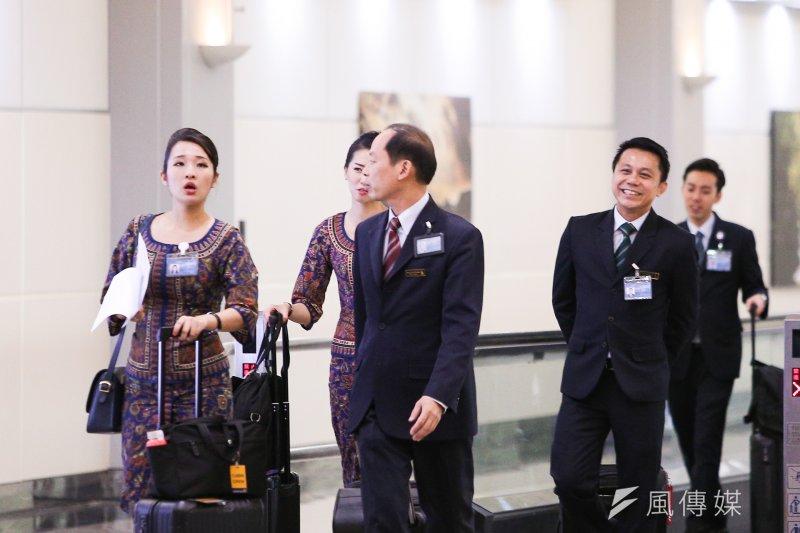 20170819-配圖-風數據,同工不同酬專題,機場系列,新加坡航空的空姊、空服員、機師。(陳明仁攝)