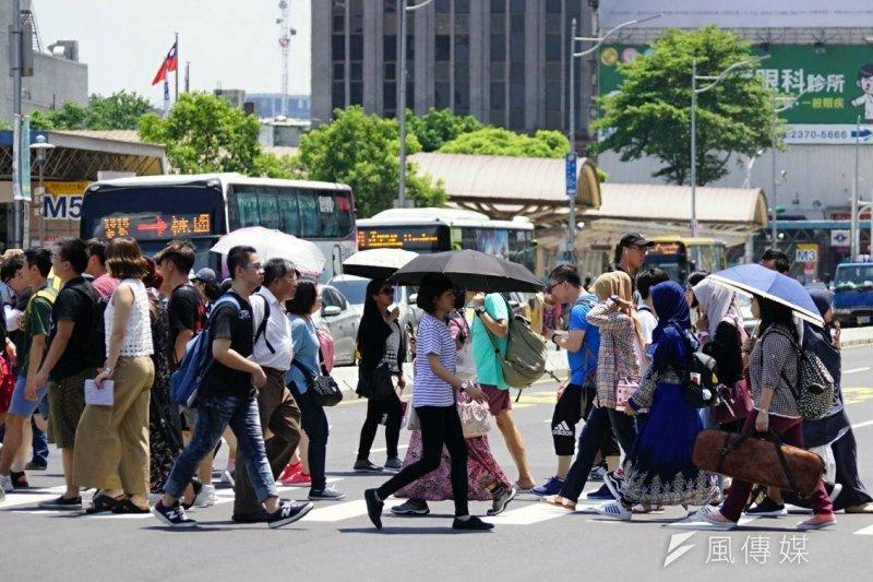 天氣、勞工、上班族、街景、陽光、炎熱、旅遊。(盧逸峰攝)