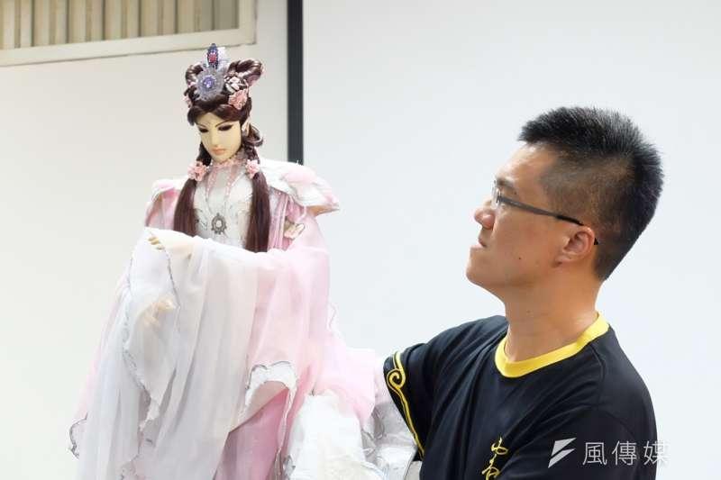 操偶師於現場示範,黃文擇表示,每個轉身都是好幾年的功夫練成。(謝孟穎攝)