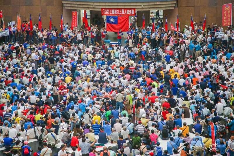 反年改遊行,參與的民眾擠滿北車大廳。(陳明仁攝)