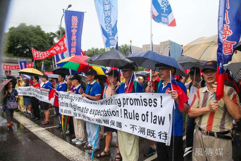 反年改團體「八百壯士」由於不滿年改方案,於13日集結至行政院抗議。(資料照,陳明仁攝)