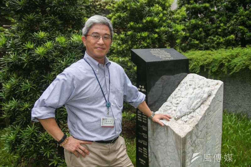2017090 7-台灣民主基金會執行長-徐斯儉專訪,他在會所內的雕有台灣島的奠基石留影 。(陳明仁攝)