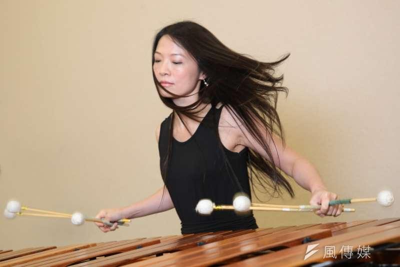 吳珮菁18歲即擔任朱宗慶打擊樂團首席,其同時以6支琴槌演奏馬林巴琴的技法,是全世界僅寥寥數人能達到的絕技。(顏麟宇攝)