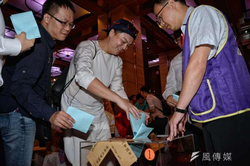 台北律師公會會員大會,會員對是否退出全聯會進行投票。(甘岱民攝)