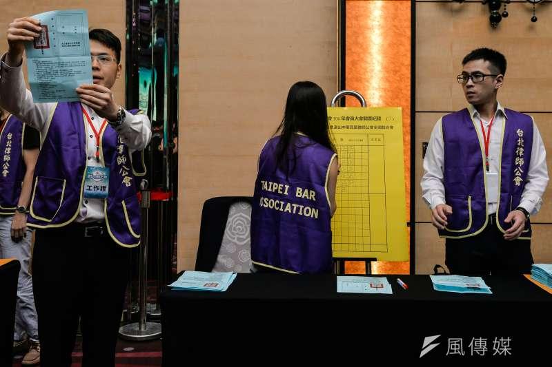 20170909-台北律師公會會員大會,工作人員進行開票。(甘岱民攝)