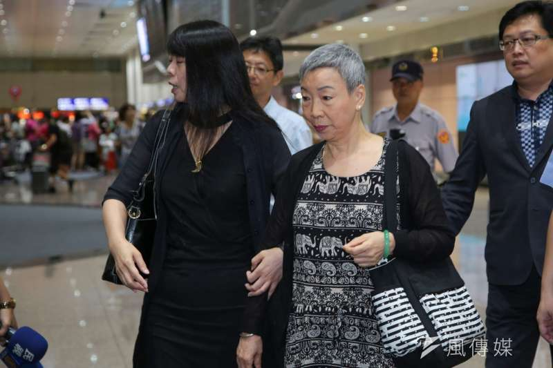 201709012-李明哲母親返國機場受訪。(顏麟宇攝)