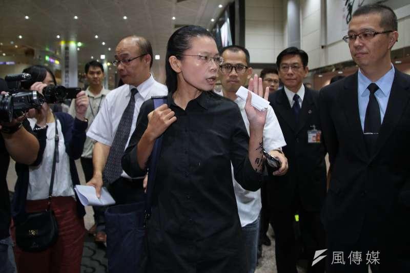 李明哲妻子李凈瑜12日晚間搭機返抵國門。(顏麟宇攝)