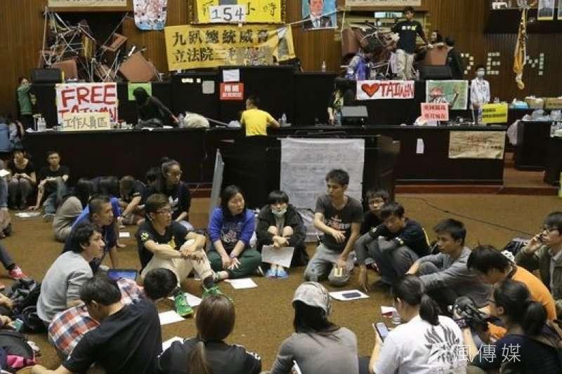 2014年3月18日,以學生為主的抗議民眾晚間9點左右衝進立法院靜坐抗議,展開為期23天的太陽花學運(吳逸驊攝)