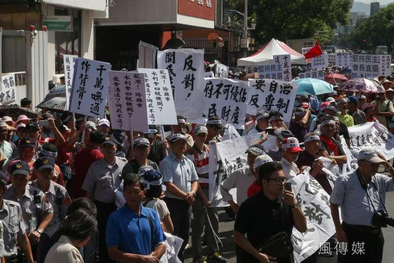 來自全國的農田水利會農民們大陣仗到立法院抗議民主倒退。(陳明仁攝)