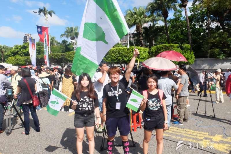 圖為獨派團體蠻番島嶼社中華民國過橋活動,年輕人高舉台獨旗開心合照(謝孟穎攝)