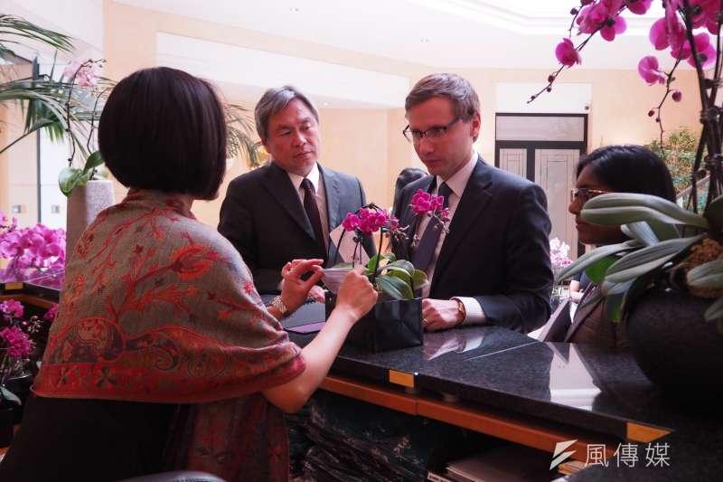 20171011-駐世界貿易組織(WTO)代表處除了致贈每名觀展者一小株蝴蝶蘭,也將在展覽結束後將2200株蝴蝶蘭免費分送給各國大使。(尹俞歡攝)